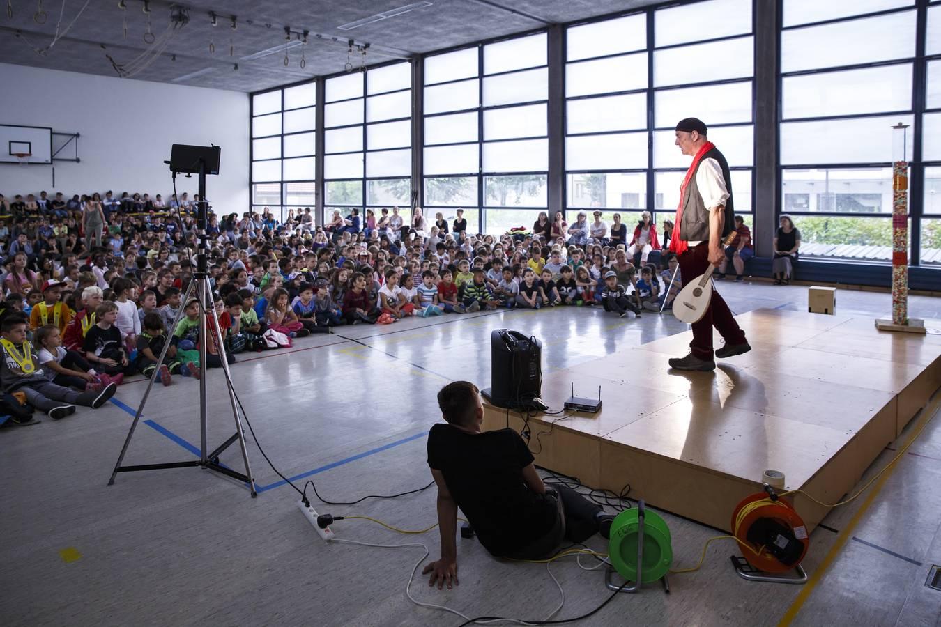 auf der Bühne Schule