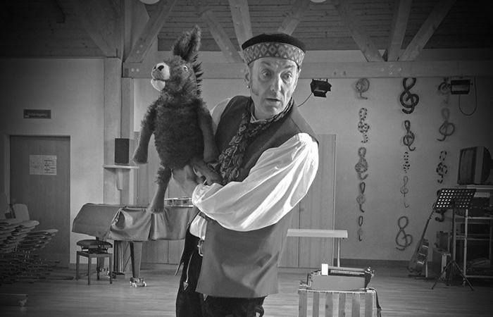 Martin Niedermann mit Handpuppe